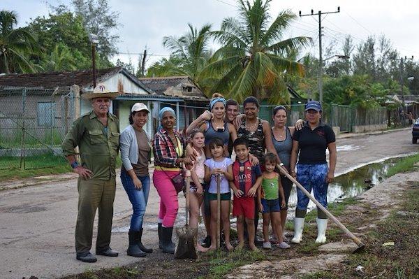 Trabajando con voluntarios de la comunidad en Guanimar / Crédito de la foto: Proyecto Manglar Vivo, PNUD Cuba