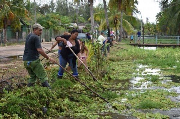 Limpieza de canales / Crédito de la foto: Proyecto Manglar Vivo, PNUD Cuba